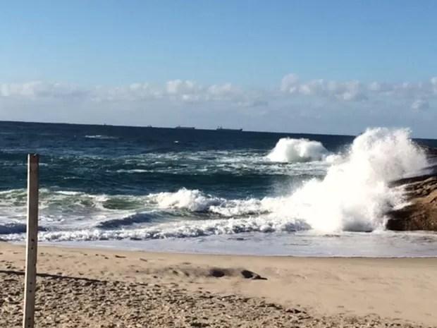 Praia do Diabo na manhã desta segunda (13) que tem alerta de ressaca (Foto: Alba Valéria Mendonça / G1)