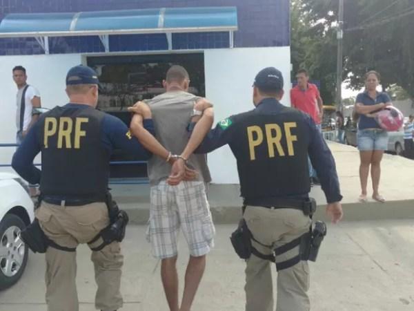 Suspeitos foram encaminhados para a Central de Flagrantes (Foto: Divulgação/PRF)
