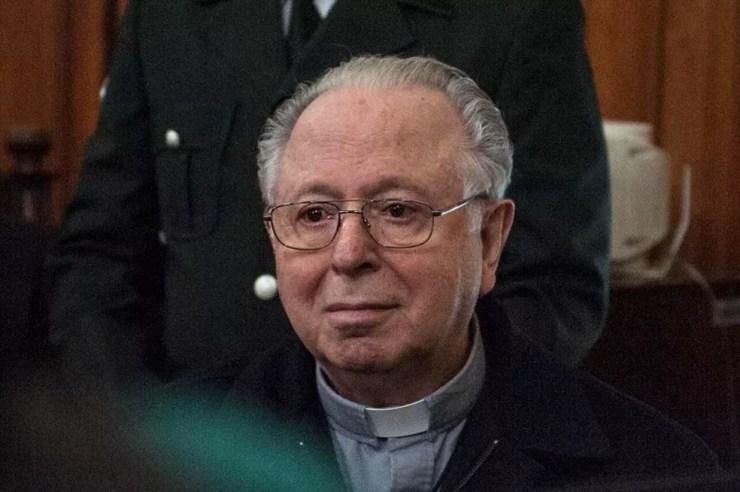 Padre chileno Fernando Karadima, acusado de pedofilia, comparece em audiência no tribunal de Santiago, em imagem de arquivo — Foto: Vladimir Rodas / AFP