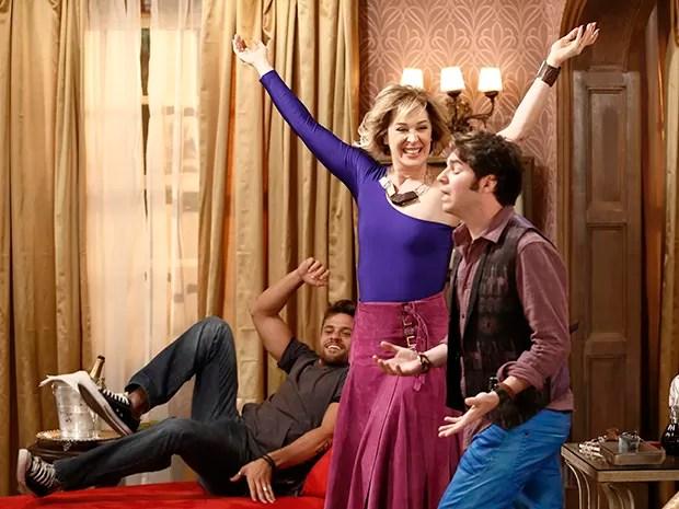 Samantha, César e Pepito comemoram o sucesso do plano maléfico (Foto: Fábio Rocha/Gshow)