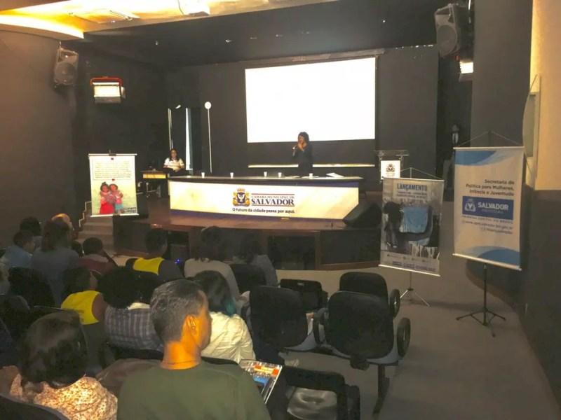 Viviana Santiago durante apresentação do estudo 'Tirando o véu', em Salvador — Foto: Maiana Belo/G1