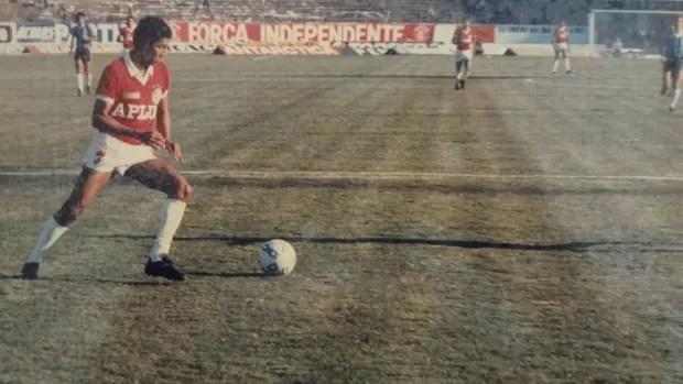 Ex-ponta, Heyder guarda o jornal uruguaio que o compara a Garrincha (Foto: Reprodução/Arquivo pessoal)