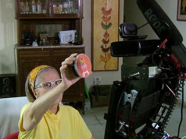 Robô indica a hora em que os idosos tomaram o remédio pela última vez e quando devem tomá-lo novamente. Ele também mostra valor nutritivo dos alimentos, basta aproximar produtos da tela (Foto: Reprodução / TV Globo)