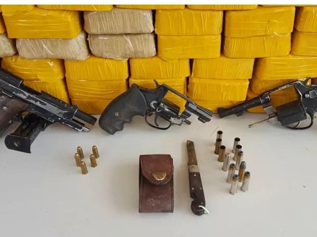 Segundo o Gefron, os três reagiram e dispararam contra os policiais (Foto: Gefron/Divulgação)