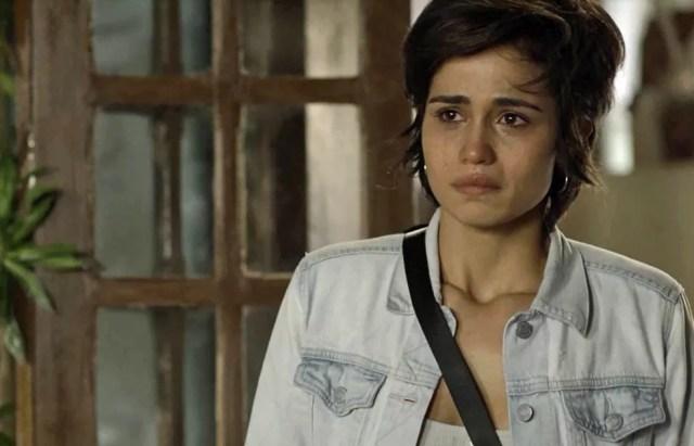 Maura fica arrasada com decisão do pai de expulsá-la de casa (Foto: TV Globo)
