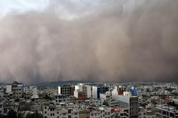 Vista do momento em que a tempestade de areia chegou a Teerã, engolindo prédios do bairo de Minicity (Foto: Saeedeh Eslamieh/AFP)