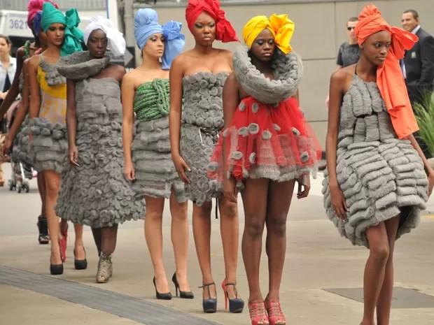 Modelos negras desfilam em protesto nesta segunda-feira (25), na Avenida Paulista em São Paulo (SP). O protesto foi organizado pela agência de modelos negros HDA Models, contra o desfile do estilista Ronaldo Fraga no Fashion Week que usou modelos brancas  (Foto: J. Duran Machfee / Futura Press/ Estadão Conteúdo )