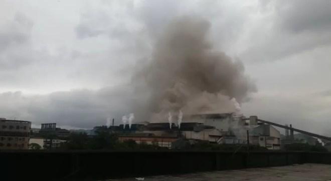 Nuvem de fumaça foi vista saindo da siderúrgica na manhã desta quarta-feira — Foto: Arquivo pessoal