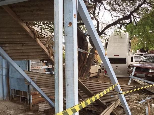 Barraca que fica próxima a oficina ficou destruída no acidente com a Kombi (Foto: Walter Paparazzo/G1)