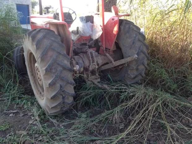 Tratorista foi lançado para fora da máquina agrícola com a batida (Foto: Alexandre Alves/TV Anhanguera)