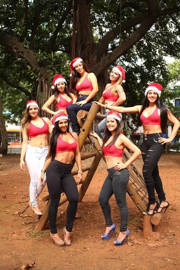 Meninas vestidas de Mamãe Noel  - Valquiria Ihara, Bel Dias, Vania Barreto, Gabriela CLimaco, Thauane Oliveira, Alane Pereira, Julia Menezes. (Foto: Iwi Onodera/EGO)