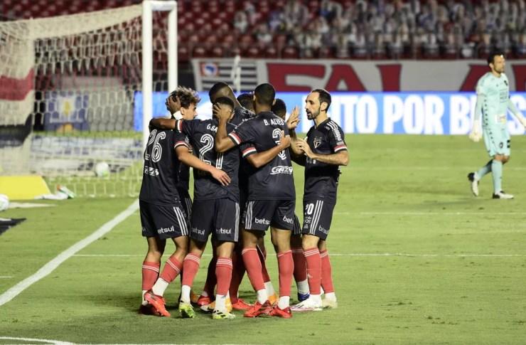 Jogadores do São Paulo comemoram um dos gols na goleada — Foto: Marcos Ribolli