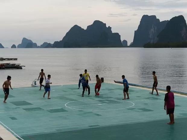 Quadra flutuante fica em vila de pescadores na Tailândia (Foto: Christophe Archambault/AFP )