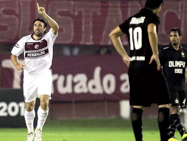 Mariano Pavone comemora gol do Lanús contra o Olimpia (Foto: AP)
