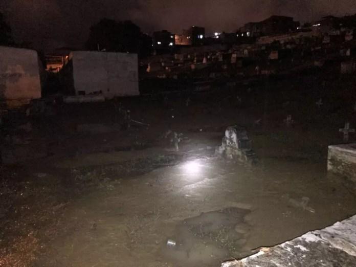 Túmulos ficaram debaixo d'água no cemitério em Caxias (Foto: Divulgação)