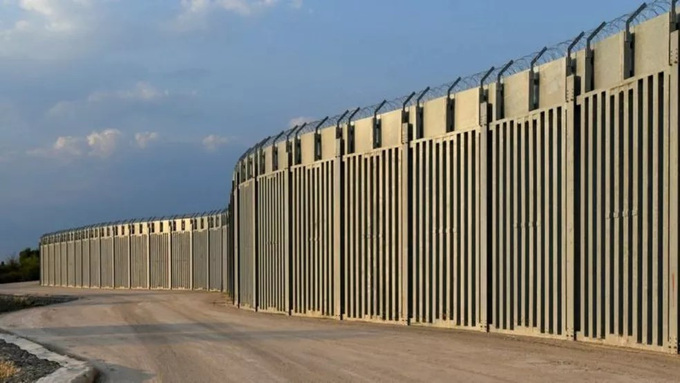 Trecho da cerca construída na região de Evros, na fronteira da Grécia com a Turquia — Foto: Reuters/BBC