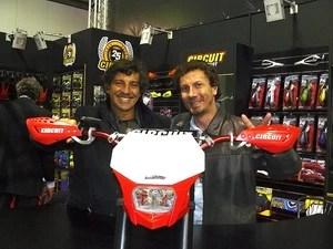O expositor brasileiro Renato Breda (esq.), junto a Jorge Negretti, veterano campeão no motocross brasileiro (Foto: Roberto Agresti/G1)