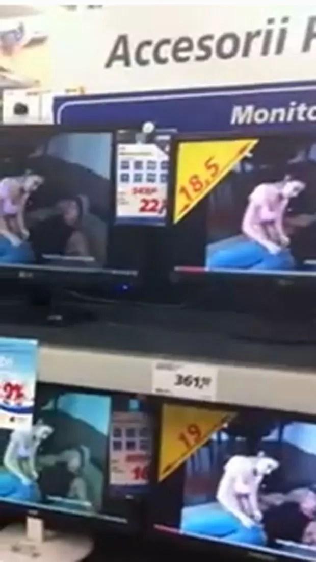 Filme pornô foi exibido em TVs expostas em hipermercado (Foto: Reprodução)