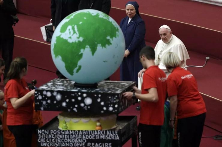 Momento em que o Papa Francisco recebeu o bolo, no domingo (16). — Foto: AP Photo/Gregorio Borgia