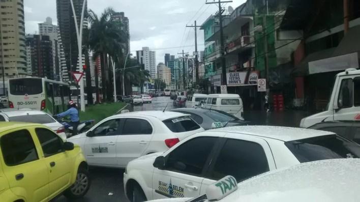 Caos no trânsito: engarrafamento, veículos na contramão e mais alagamento ao longo da Visconde de Souza Franco (Foto: Gil Sóter/G1 PA)