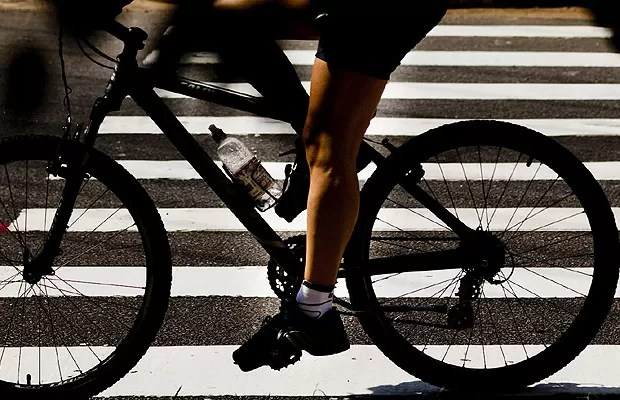 Ciclista utiliza a ciclofaixa próxima ao Parque Villa-Lobos (Foto: NA LATA / ÉPOCA SP)