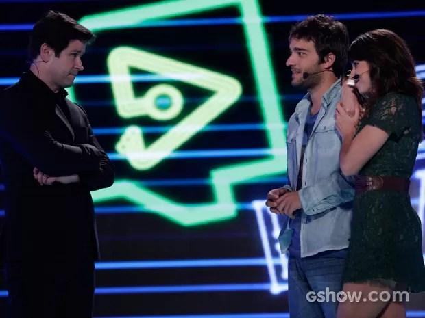 Jonas diz ao casal que eles só permanecerão no reality se o app bombar (Foto: Fábio Rocha)