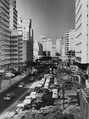 Movimentos de carros na Avenida 9 de Julho na década de 50 (Foto: Fotolabor/Divulgação)
