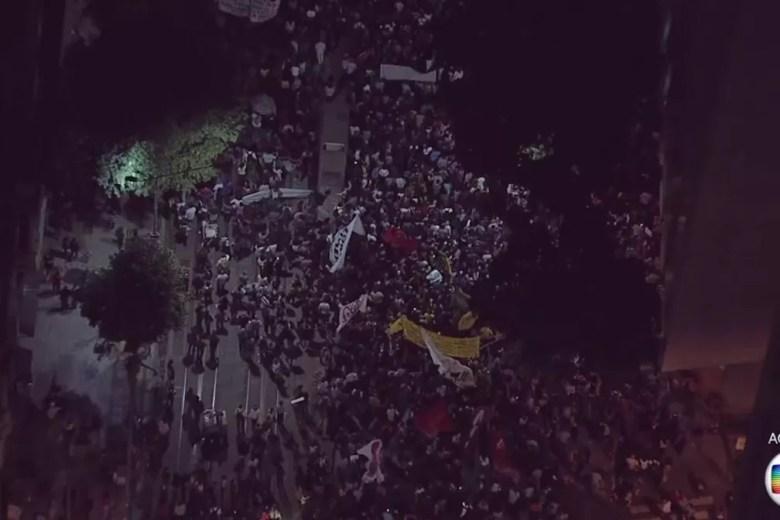 Manifestantes passam pela Rio Branco (Foto: Reprodução/TV Globo)