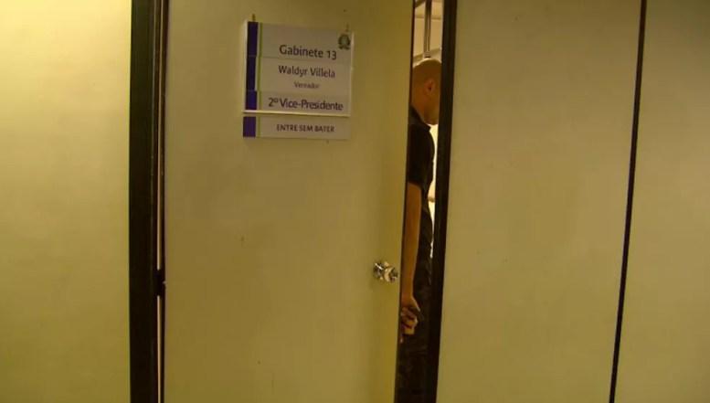 Polícia Civil e Gaeco cumprem mandados de busca e apreensão no gabinete de Waldyr Villela (Foto: Reprodução/EPTV)