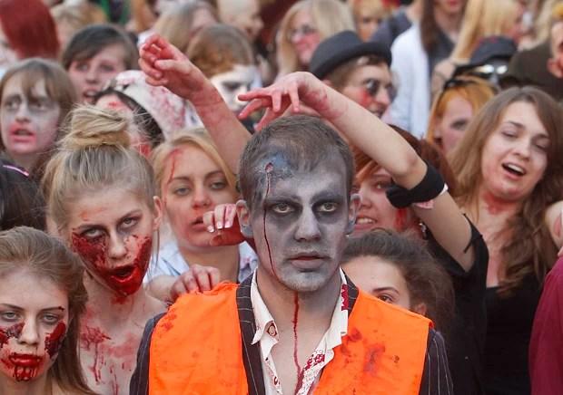 Milhares de jovens saíram as ruas fantasiados de zumbis na Polônia (Foto: Czarek Sokolowski/AP)
