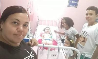 Maria Tereza recebe visita da família em casa, em Soledade, no Agreste paraibano — Foto: Edjane Silva/Arquivo Pessoal