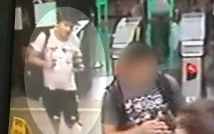 Assassino de cabeleireiro passa catraca do Metrô — Foto: Reprodução