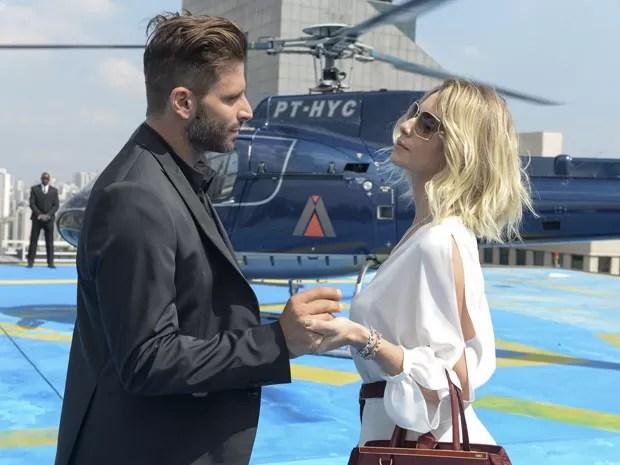 Gabo entrega objeto misterioso a Soraya (Foto: Globo/Zé Paulo Cardeal)