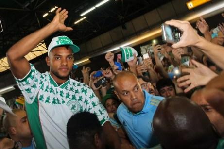 Borja é carregado por torcedores na chegada a SP (Foto: Jales Valquer/FotoArena/Estadão Conteúdo)