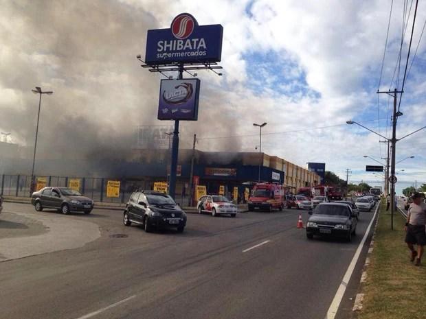 Supermercado Shibata pega fogo em Jacareí - VALE ESTE (Foto: Natália Teodoro/TV Vanguarda)