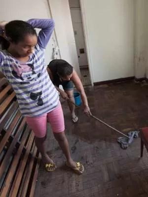 No Cambridge, filhas ajudam mãe a limpar suíte (Foto: Flávio Moraes/G1)