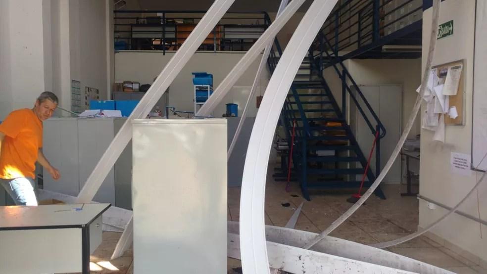 Parte do forro da Secretaria de Saúde de Assis caiu durante a tempestade   — Foto: Secretaria de Saúde de Assis/ Divulgação