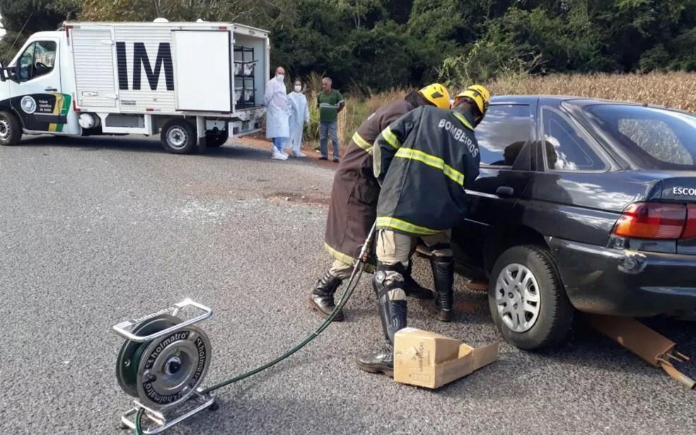 Bombeiros tiveram que fazer desencarceramento para retirar vítimas do veículo, em Goiás (Foto: Reprodução/TV Anhanguera)