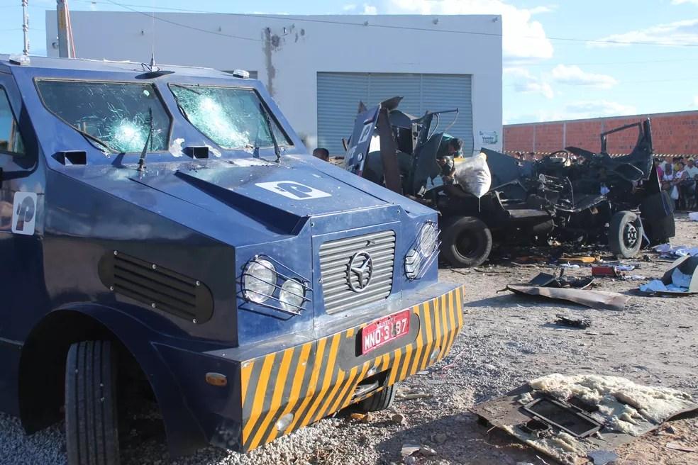 Um carro-forte teve marcas de tiros e outro foi explodido (Foto: Elizandro Oliveira/ TV Grande Rio )