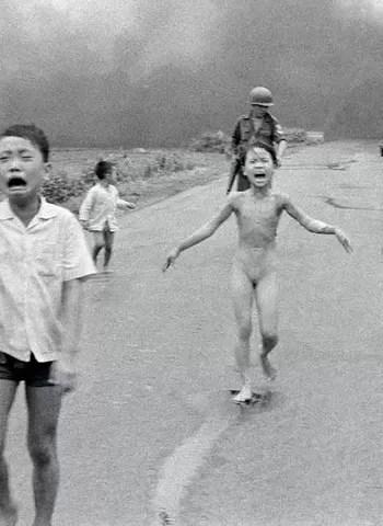 Menina vietnamita fugindo do Napalm, em 1972, rendeu um prêmio Pulitzer a Nick Ut (Foto: Divulgação)