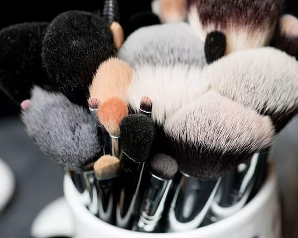 Os seus pincéis de maquiagem acumulam bacterias e sujeira ao longo do tempo (Foto: Getty Images)