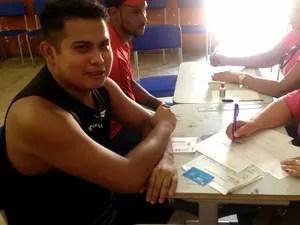 Marcelo Serrano tirou a primeira via da carteira de trabalho (Foto: Jéssica Alves/ G1)