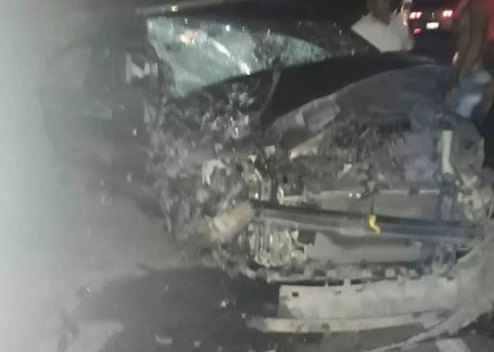 Carro atingido na colisão na PE-90, no município de Gameleira, no Agreste, ficou destruído — Foto: Cortesia/WhatsApp