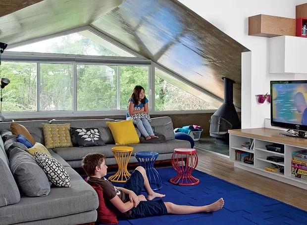 Ideal para reunir a família, a sala de TV da arquiteta Renata Cáfaro é colorida, ampla e luminosa. É, oficialmente, a sala da bagunça, criada para os filhos (Foto: Luis Gomes/Editora Globo)