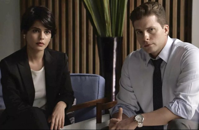 Patrick apresenta Adriana a Clara (Foto: TV Globo)