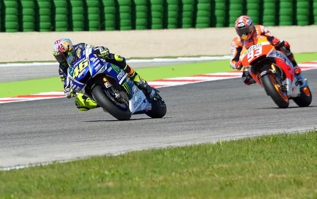 valetinorossi-marcmarquez-motogp-afp - Rossi dá aula a Márquez, vence em Misano e é ovacionado por 55 mil fãs