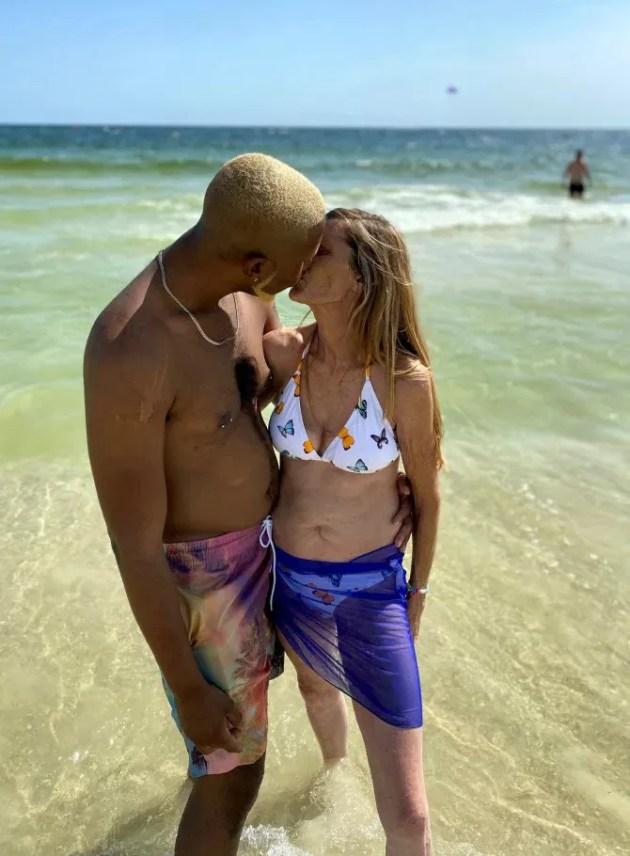 Jovem de 24 anos pede namorada de 61 anos em casamento e garante que é por amor - A Razão
