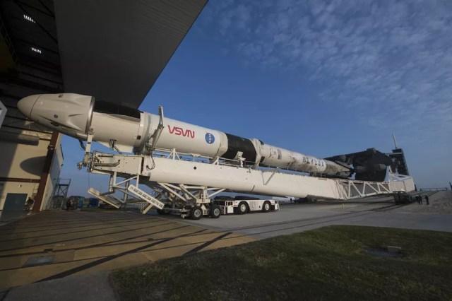 Imagem divulgada pela NASA do foguete SpaceX Falcon 9 com a nave Crew Dragon. — Foto: AFP PHOTO/ NASA/Aubrey Gemignani