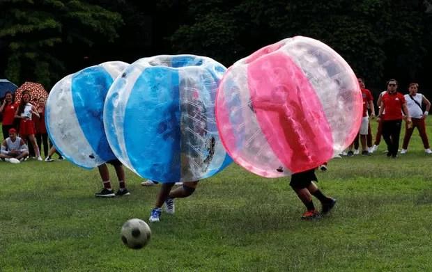 Filipinas tem amistoso de 'futebol de bolhas' (Foto: Erik De Castro/Reuters)