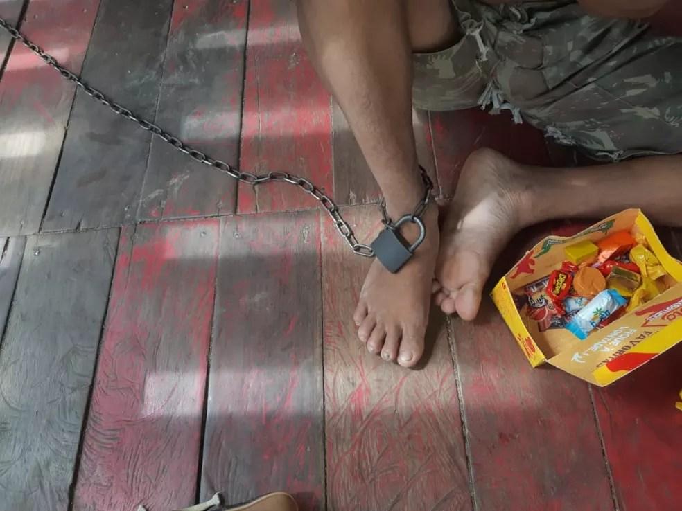 Com transtorno mental, jovem de 26 anos é acorrentado em momentos de crise em casa no interior do AC — Foto: Arquivo/CAPS